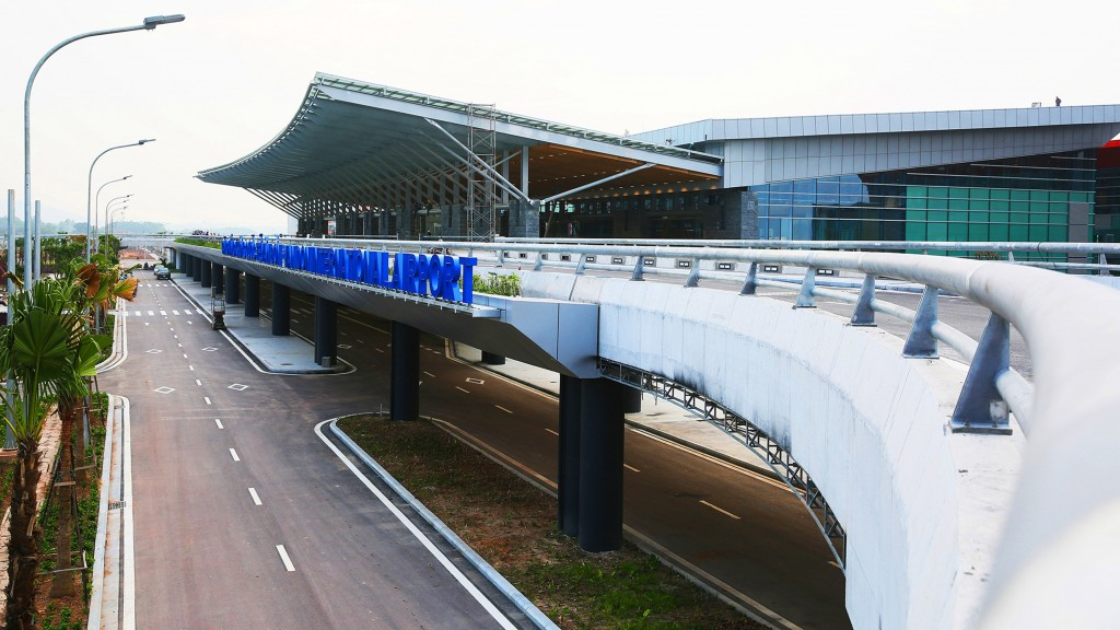 From Halong Bay, which airport is convenient for tourists to take the flights to Hochiminh city ?